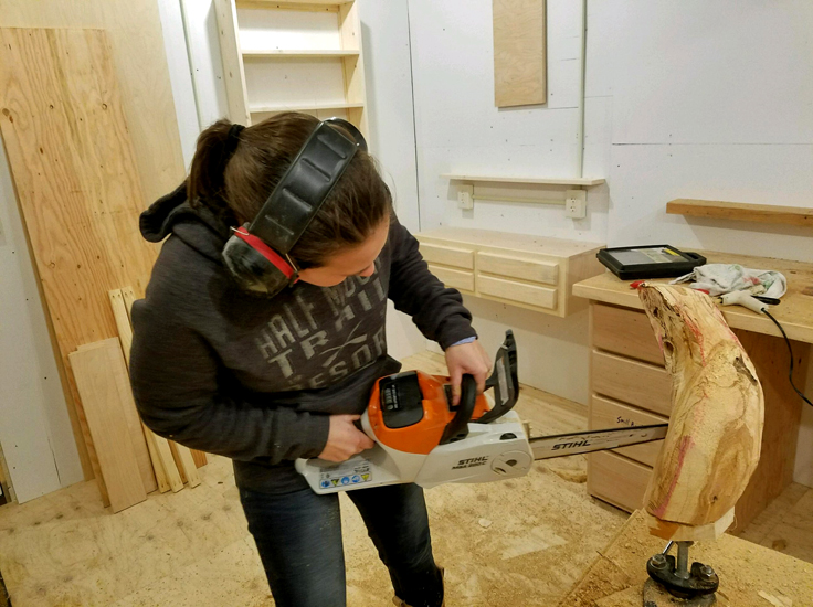 Michaela Ahrendt carving with a chainsaw